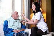 Léa, 23 ans ... Infirmière pour petits vieux