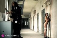 Cléa Gaultier attend la fouille de Cassie del Isla dans La prisonnière le nouveau film de Marc Dorcel en vod sur Dorcel vision