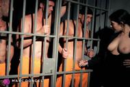 Valentina Nappi chauffe 3 hommes avec ses gros seins dans La Prisonnière le nouveau film de Marc Dorcel en VOD sur Dorcel Vision