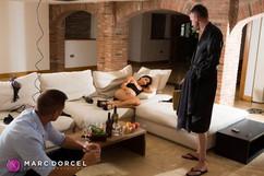 Cléa Gaultier à moitié nue devant deux hommes dans La Cavalière la nouvelle production de Marc Dorcel en VOD sur Dorcel Vision