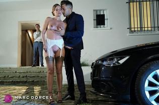Claire Castel se fait carresser par Alberto Blanco devant son mari dans luxure femmes comblées par d'autres sur Dorcel Vision - studio Dorcel