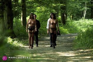 Anissa Kate et Claire Castel marchent nues dans les bois dans luxure femmes comblées par d'autres sur Dorcel Vision - studio Dorcel