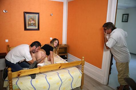 Tiffany Leiddi se fait lécher le cul dans Bienvenue chez moi - studio Tellement Bonnes en VOD sur Dorcel Vision