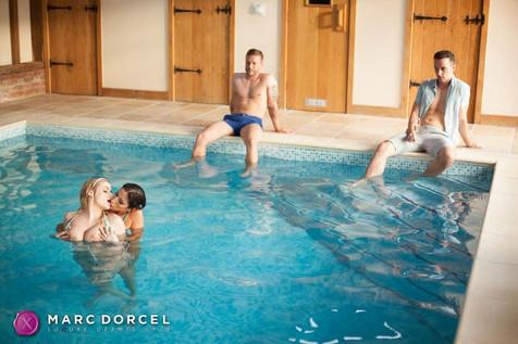 Cléa Gaultier et Katy Jayne s'embrassent dans la piscine dans La Cavalière la nouvelle production de Marc Dorcel en VOD sur Dorcel Vision