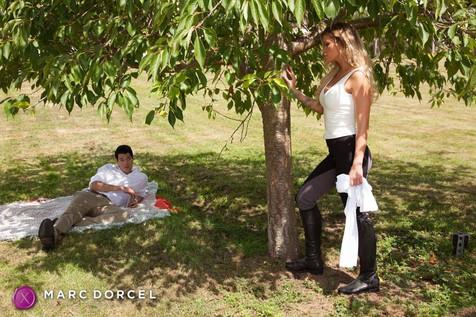 Jessa Rhodes va se faire baiser dehors par Xander Corvus dans La Cavalière la nouvelle production de Marc Dorcel en VOD sur Dorcel Vision